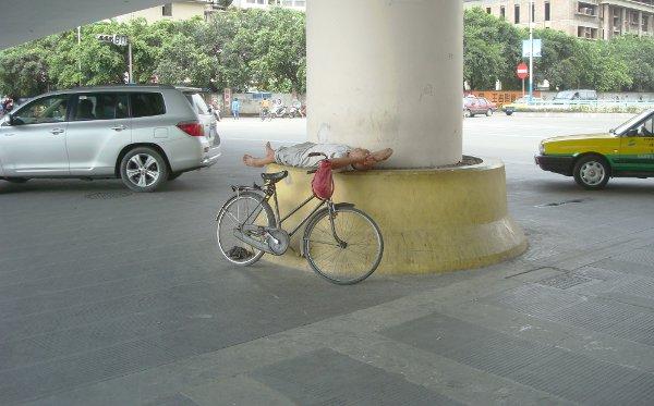 Un cinese che dorme per strada