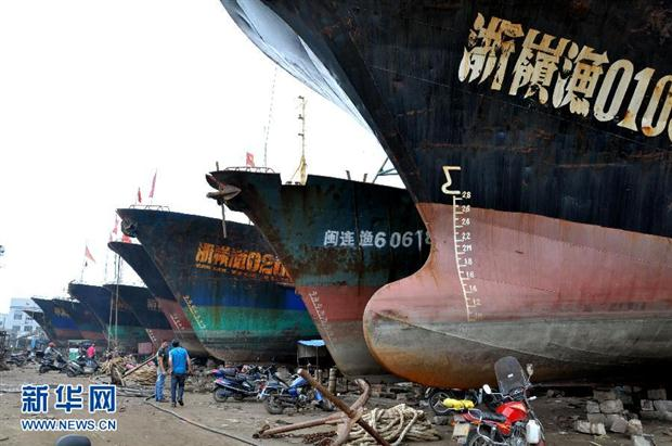 Cina - navi a riposo per la stagione di riproduzione dei pesci