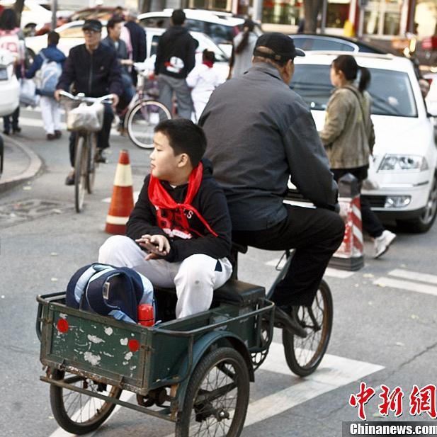 Genitori all'uscita dei figli a scuola in Cina