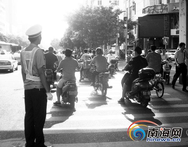 Strada cinese con vigile urbano